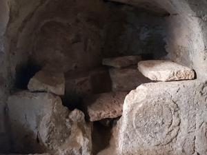 עיטור במערת התבליטים